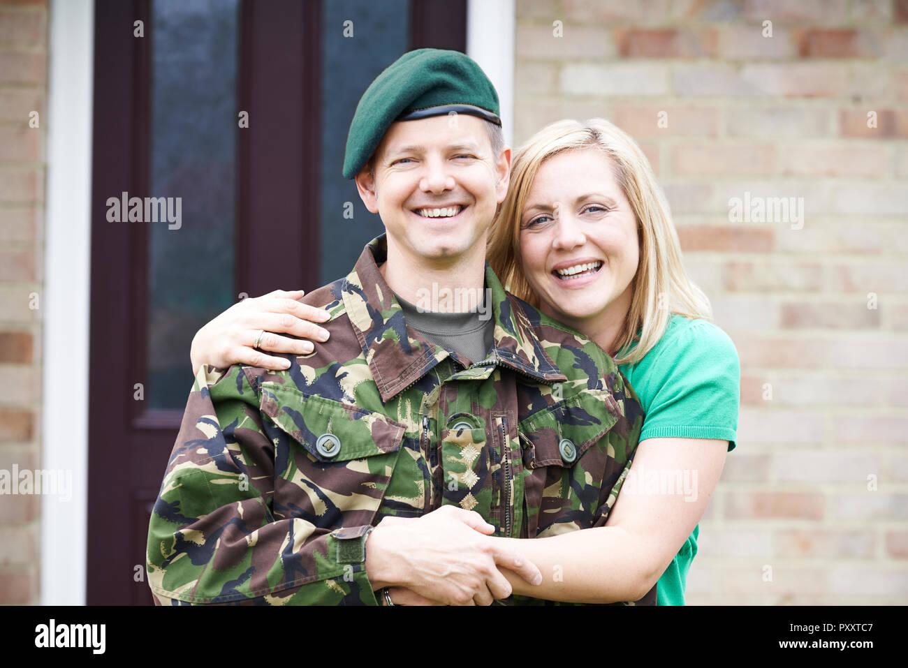 Portrait von Soldat mit Frau nach Hause auf Urlaub von Armee Stockbild