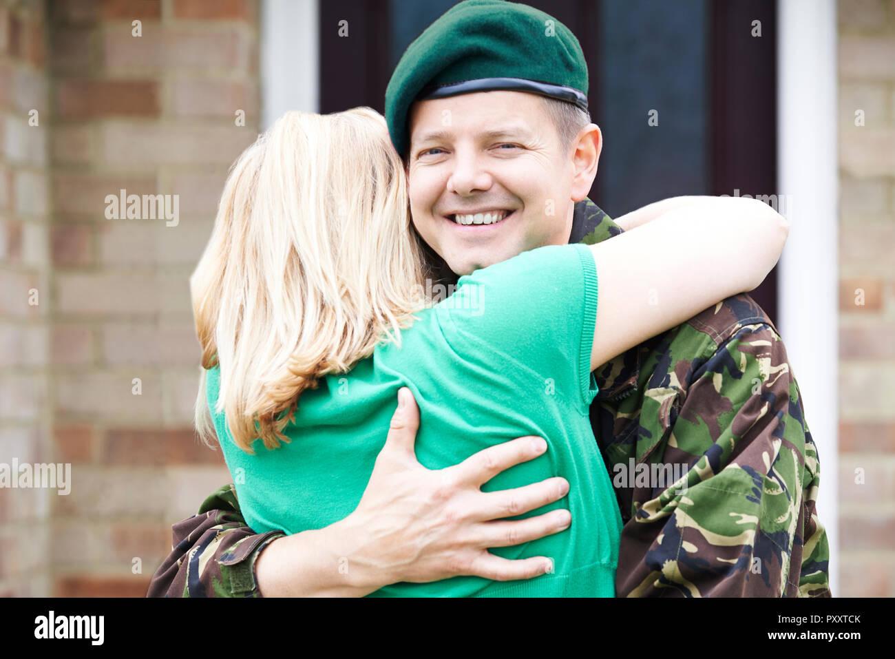 Portrait von Soldat figurbetonte Frau nach Hause auf Urlaub von Armee Stockbild