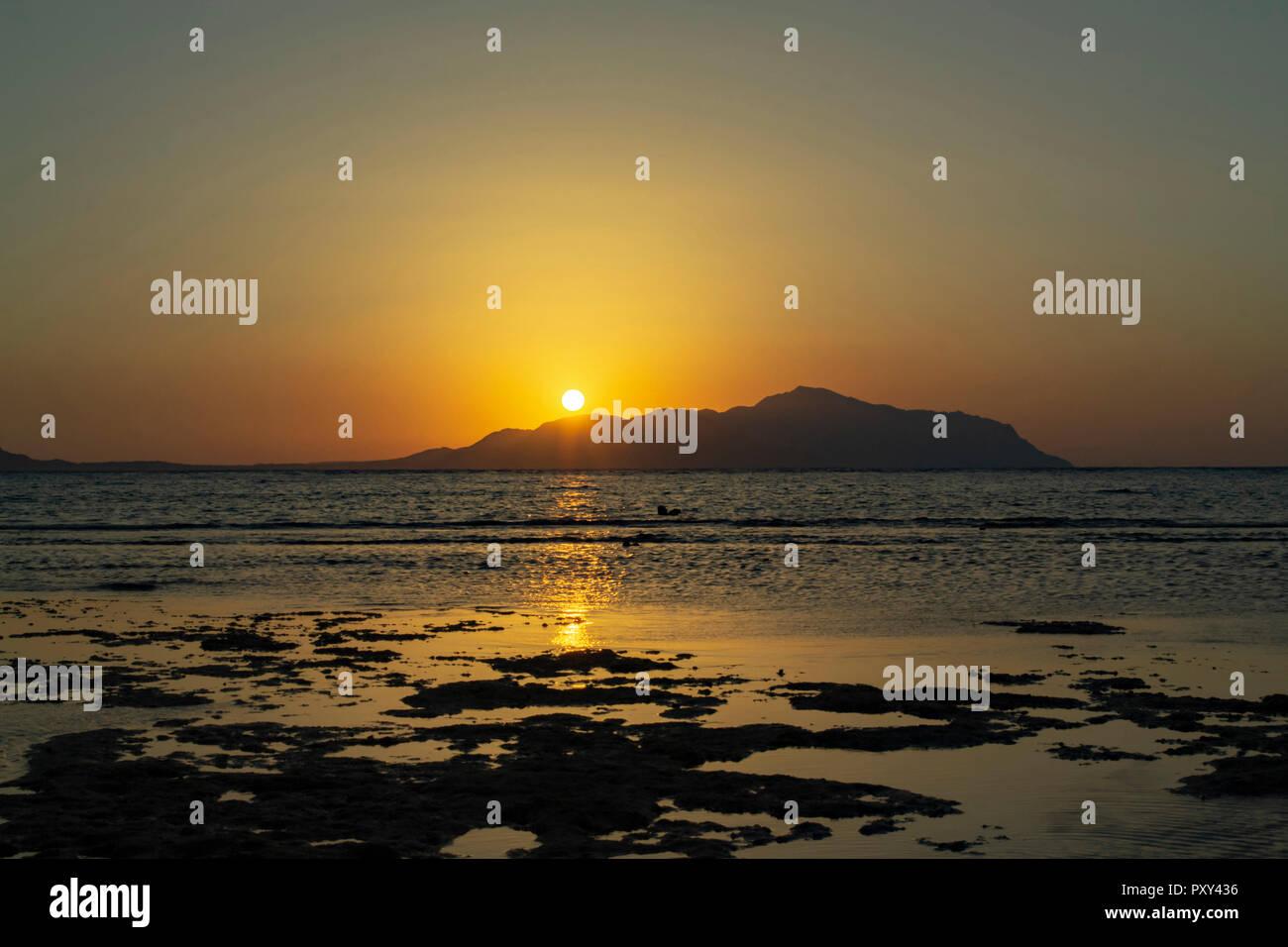 Wundervoller Sonnenaufgang über das Rote Meer und die Insel Tiran Stockbild