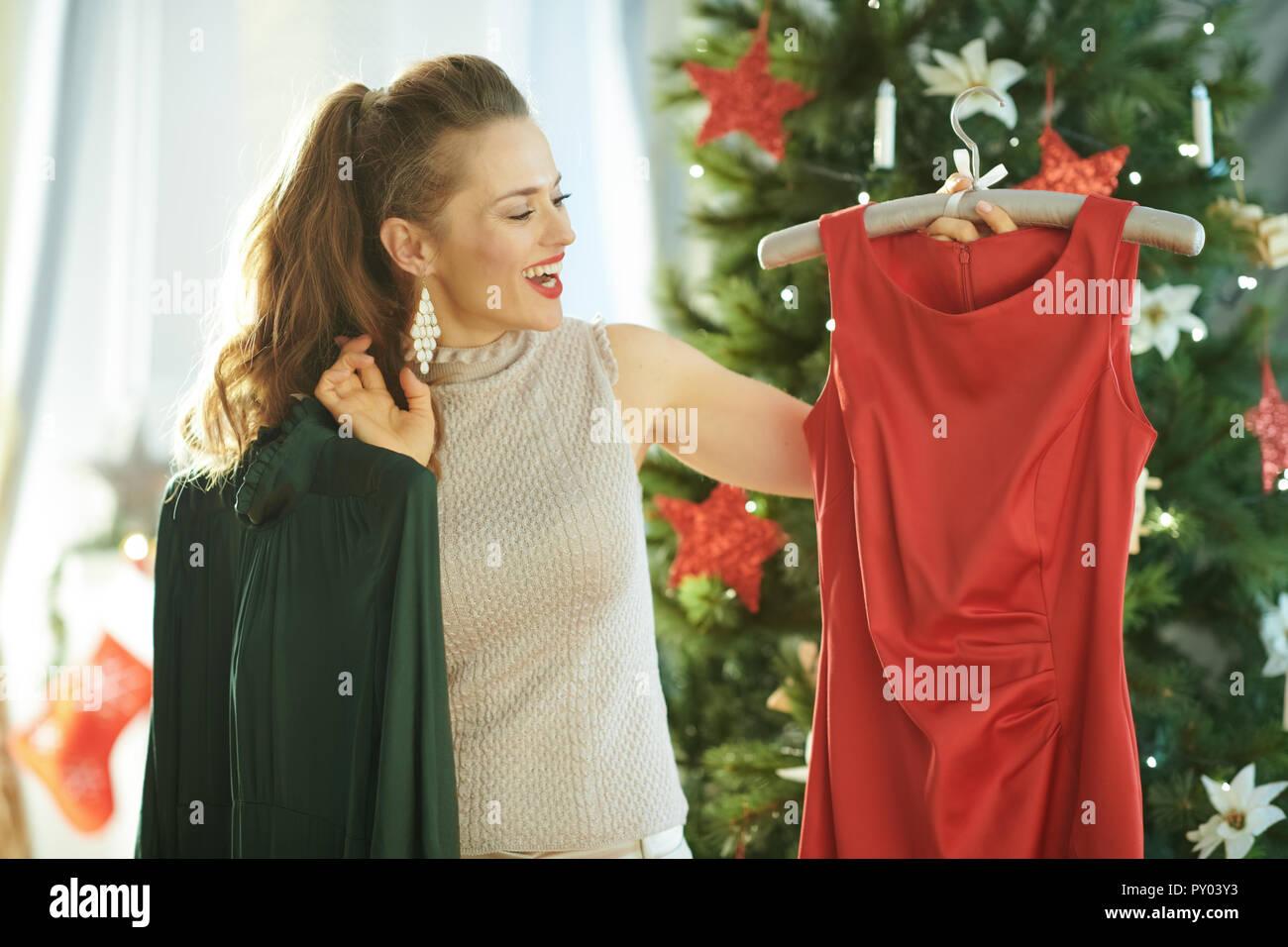 Lachelnd Moderne Hausfrau In Der Nahe Weihnachtsbaum