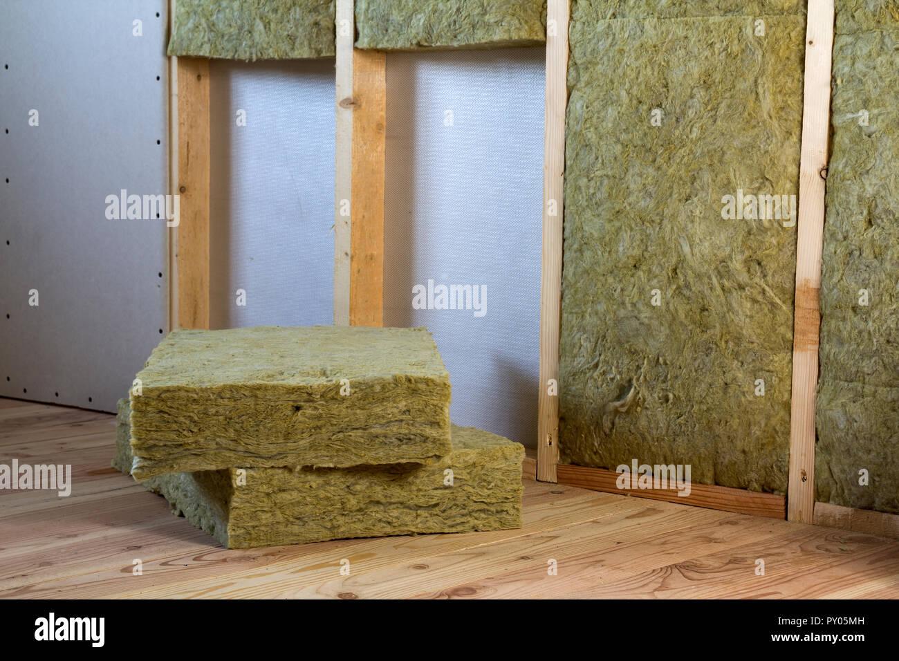 Holzrahmen für zukünftige Wände mit Gipskarton Platten mit ...