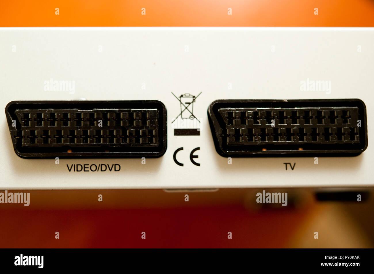 Dvd/VIDEO SCART-Anschluss und TV-SCART-Anschluss auf der Rückseite der Set-Top-Box Einheit Stockbild