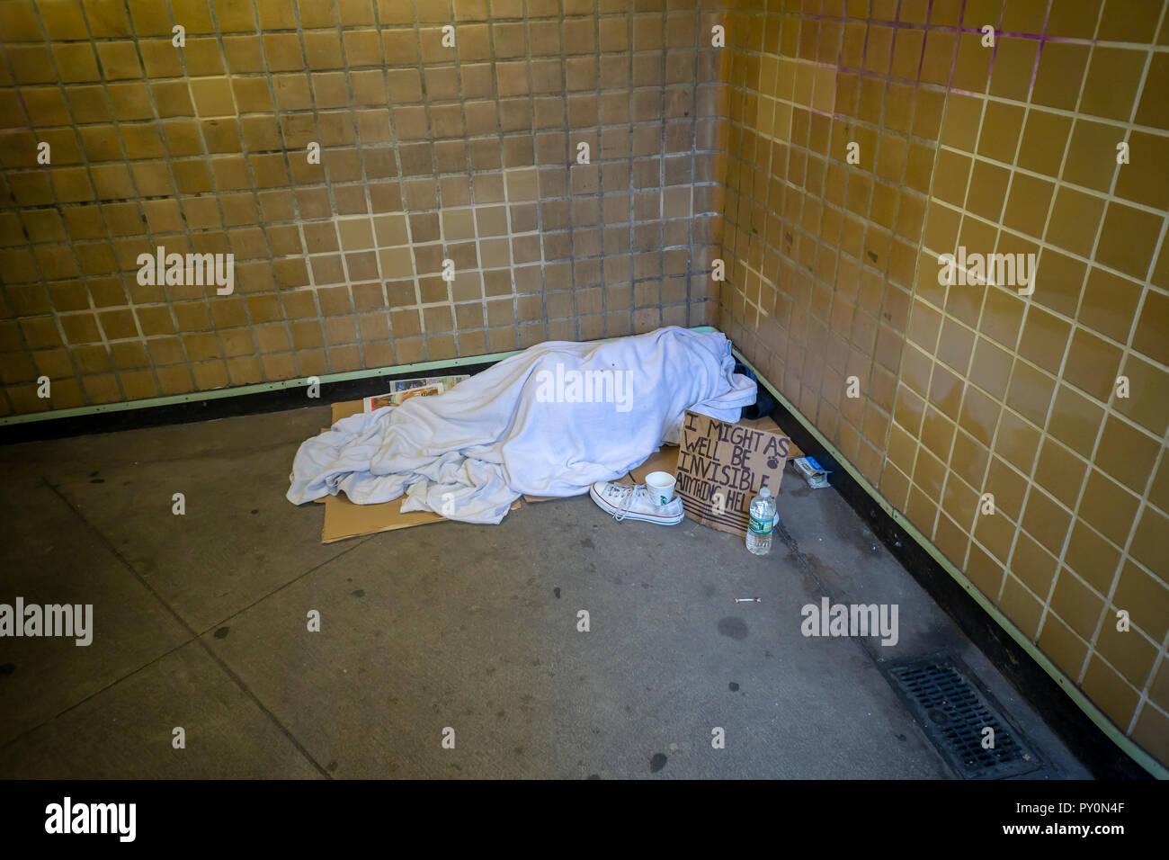 Eine obdachlose Person gesehen in der Eingang der West 23. Straße ind der U-Bahn Station in New York am Samstag, 20. Oktober 2018 schlafen. (© Richard B. Levine) Stockbild