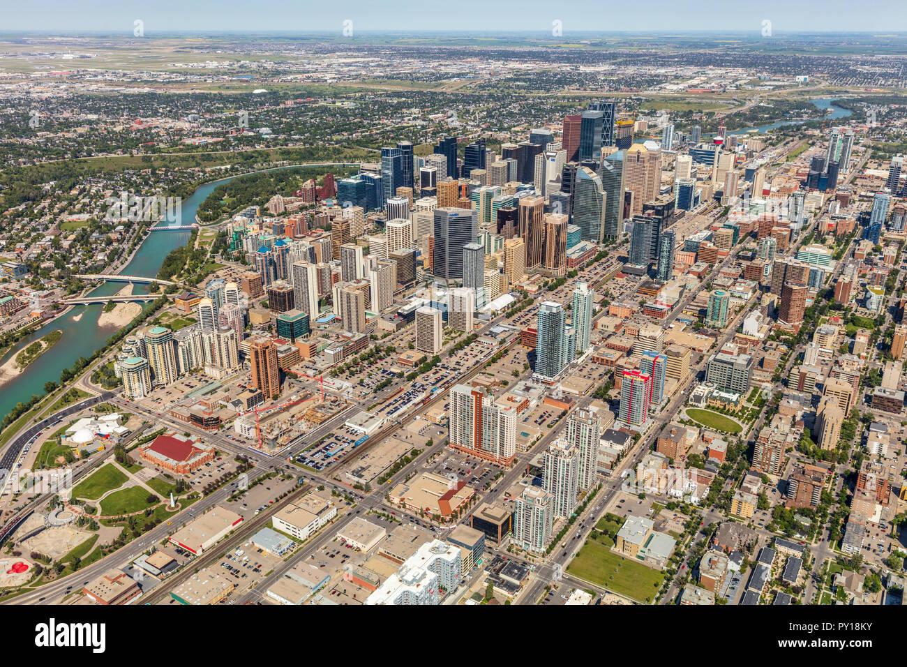 Luftaufnahme von Calgary City Centre von Hubschrauber im Sommer. Stockbild