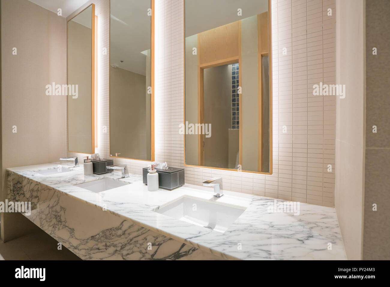 Badezimmer mit Waschbecken Wasserhahn und schwarze Handtuch ...