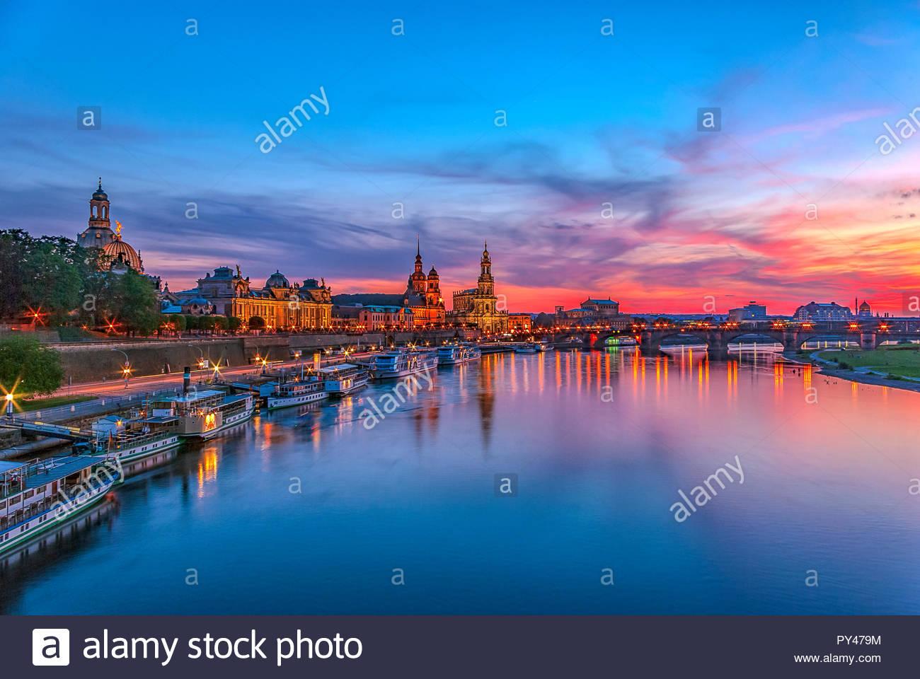 Dresden, Sachsen, Deutschland, Europa - Die historische Altstadt Waterfront im Abendlicht. Stockfoto
