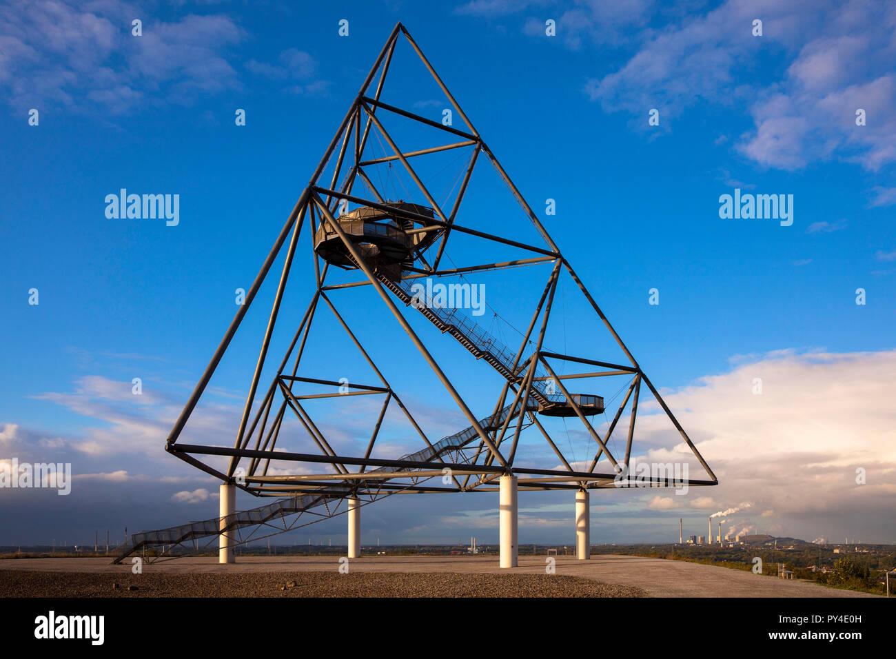 Die begehbare Tetraeder auf dem Heap Emscherblick, 50 Meter hohe Aussichtsplattform, Stahl Pyramide, Bottrop, Deutschland. der begehbare Tetraeder auf der H Stockbild
