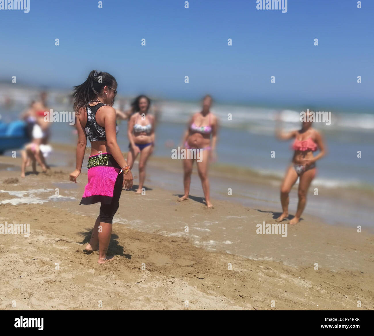 Frau tun Zoomba Arbeiten Excercise am Strand Stockbild