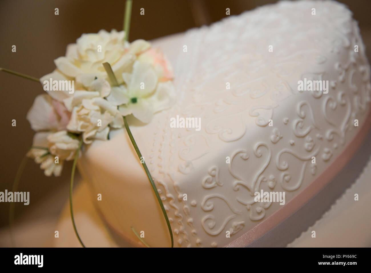 Hochzeitstorte Weiss Iced Mit Blumen Dekorieren Es Bereit Auf Einer