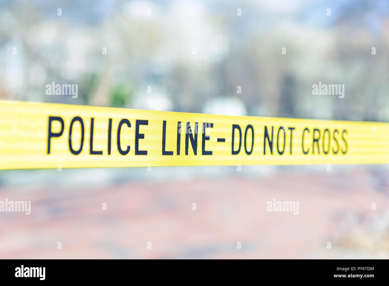 Police Line do not cross Vorsicht Band in Washington DC, USA Secret Service Sicherheit durch das Weiße Haus in der Hauptstadt closeup isolierte gelbe Farbe Stockbild