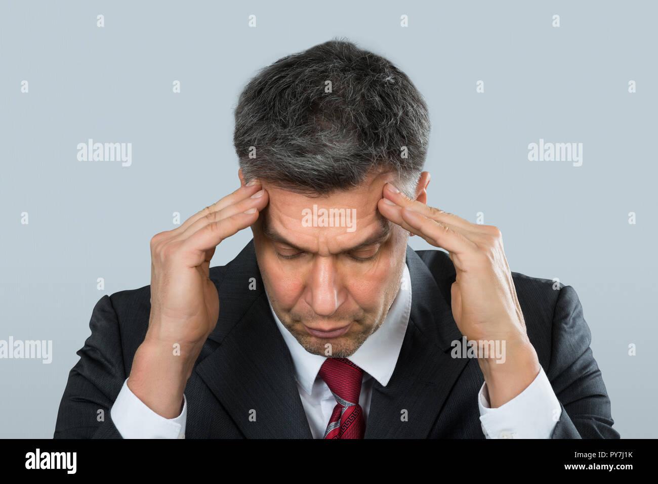 Nahaufnahme eines reifen Unternehmer leiden unter Kopfschmerzen. Stockbild