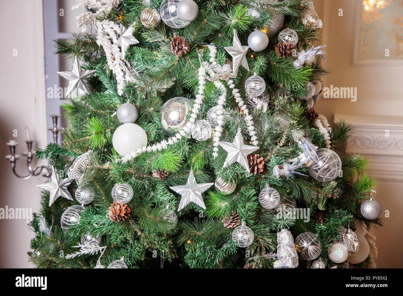 Weihnachtsbaum Silber Weiß.Klassische Weihnachten Und Neujahr Innenraum Mit Geschenken Und