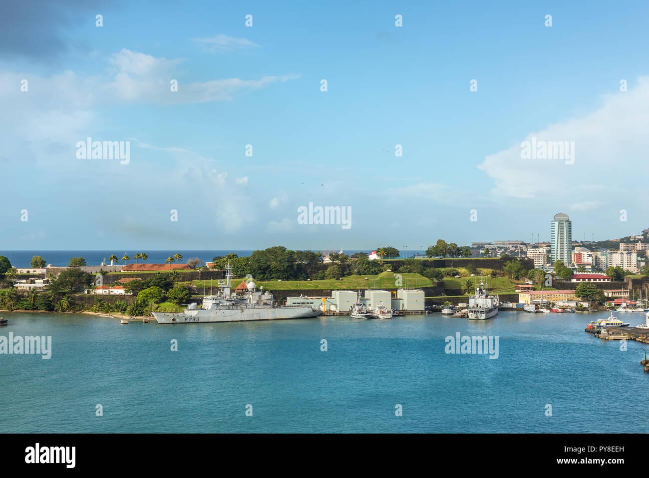 Fort-de-France, Martinique - Dezember 19, 2016: French Navy Kriegsschiffe und Boote vertäut im Hafen von Fort-de-France, Martinique, Karibik. Martinique ist Stockbild