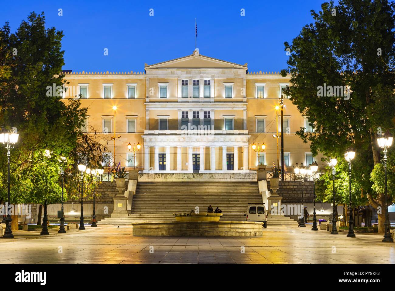 Athen, Griechenland - 24. Oktober 2018: Gebäude des Griechischen Parlaments auf dem Syntagma-Platz in Athen. Stockfoto