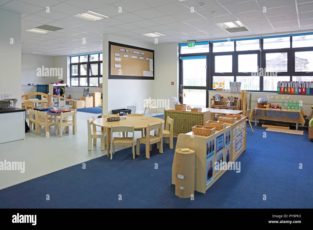297e428265c21f Einrichtung einer Baumschule Klassenzimmer in einem neuen London Grundschule.  Zeigt natürliche Holz Möbel.