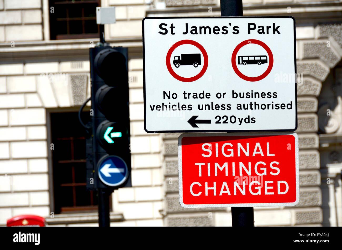 Verkehrszeichen in der Nähe von St James's Park, London, England, UK. Stockbild