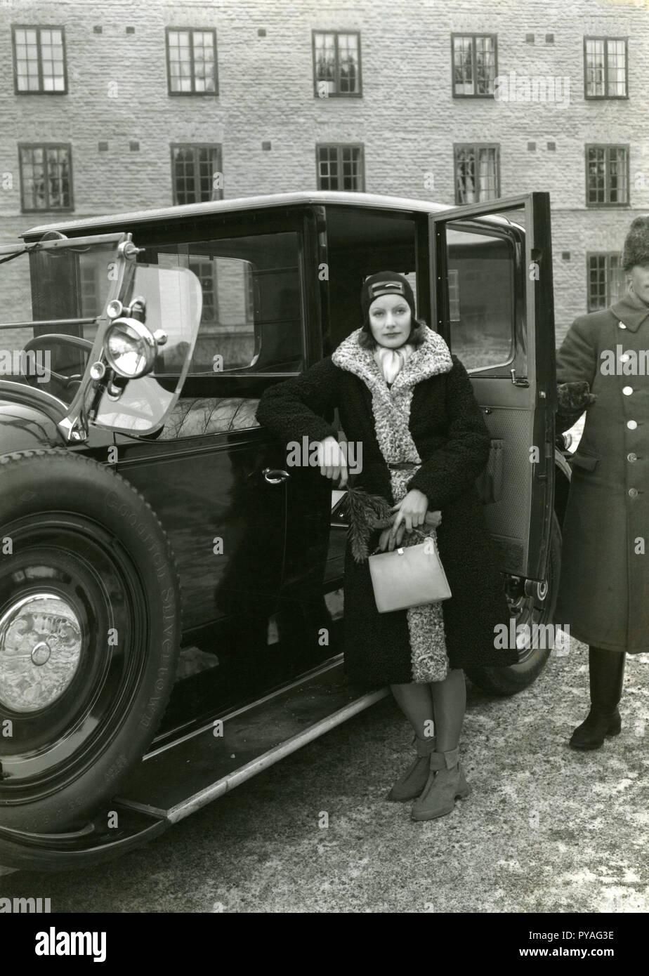 Schwedische Schauspielerin Greta Garbo. 1905-1990. Schwedische Schauspielerin mit ihrer Herrlichkeit Tage während der 1920er und 1930er Jahre. Sie zog sich vom Bildschirm im Alter von 35 Jahren nach dem Handeln in 28 Filmen. Hier sehen Sie, wenn Sie auf Urlaub in Stockholm 1935 und posiert für die Fotografen auf halbem Weg in ein Taxi. Stockbild
