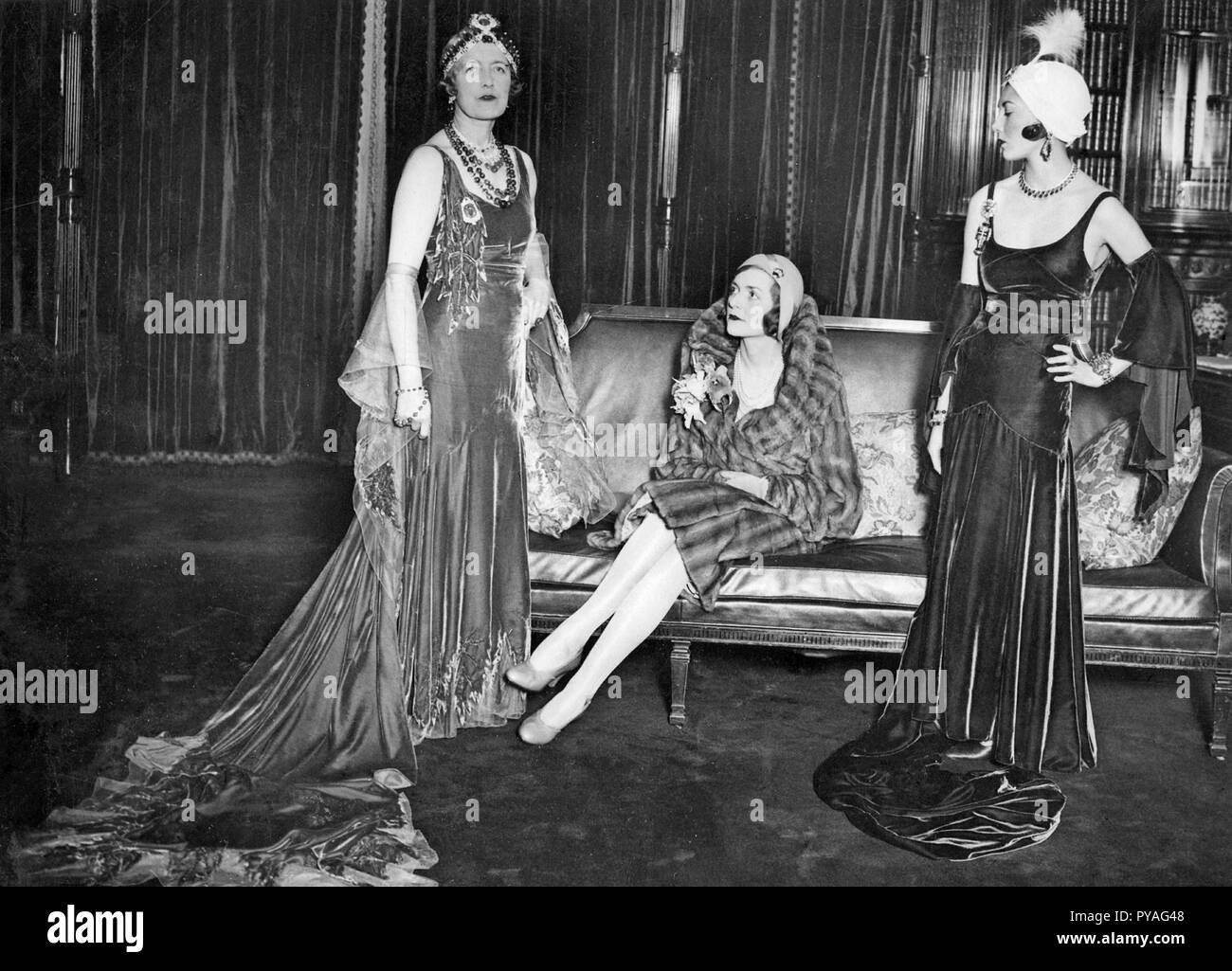 Damen Mode in den 1930er Jahren. Auf dem Bild sehen Sie links Lady Edwina Mountbatten. 1901-1960. Gräfin Mountbatten von Burma. Wif von Louis Mountbatten, 1. Earl Mountbatten von Burma. Mit ihrer Dame Freunde Frau Baillie Hamilton und Emily Ashley. Die Gewänder und Juwelen sind durch die drei Frauen vorgelegt, bevor die Juwelen des Empire Ball an der Park Lane Hotel in London gehalten zu werden. Stockbild