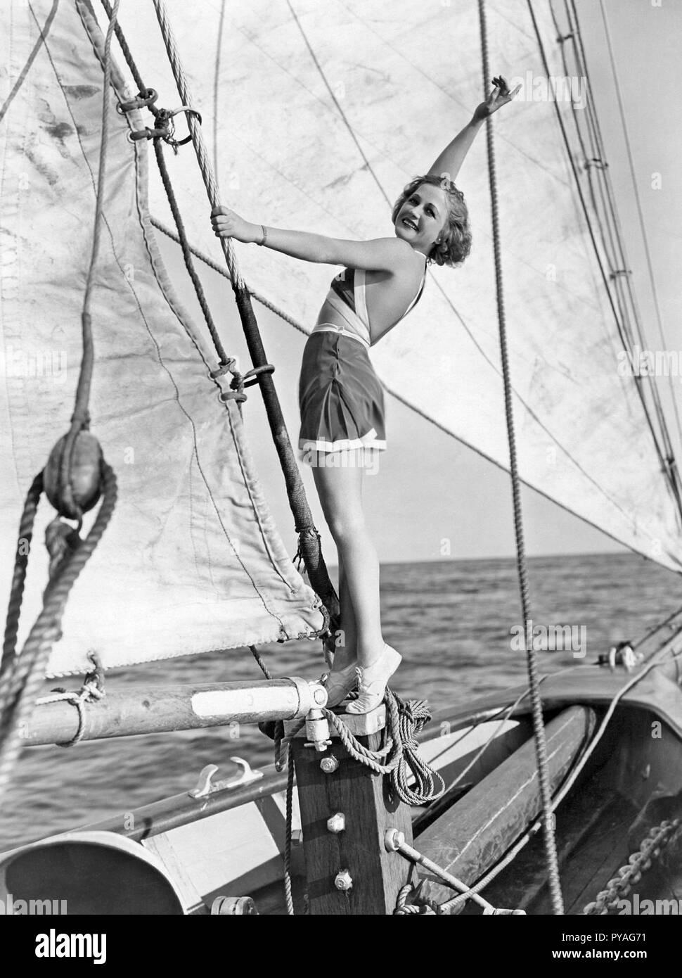 Die amerikanische Schauspielerin in den 1930er Jahren. Die amerikanische Schauspielerin Wynne Gibson, 1898-1987. Sie war mit Film company Paramount unter Vertrag und machte etwa 50 Filme zwischen 1929 und 1956. Hier sehen Sie das Tragen eines 1930er Jahre Sommer Outfit an Bord der Segelyacht schoner Mariner. 1930er Jahre Stockbild