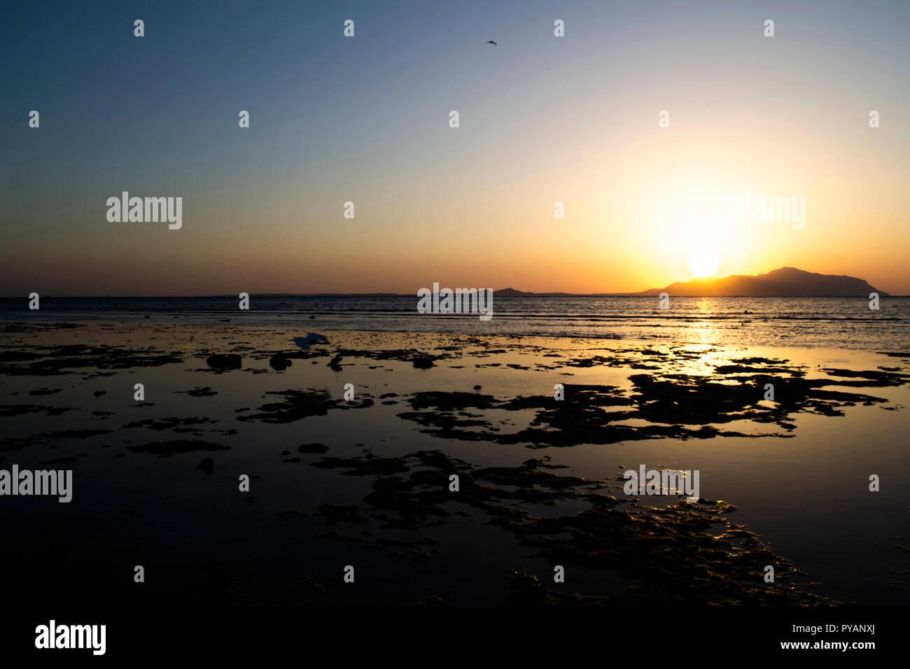 Wundervoller Sonnenaufgang über das Rote Meer und die Insel Tiran. Ägypten Stockbild