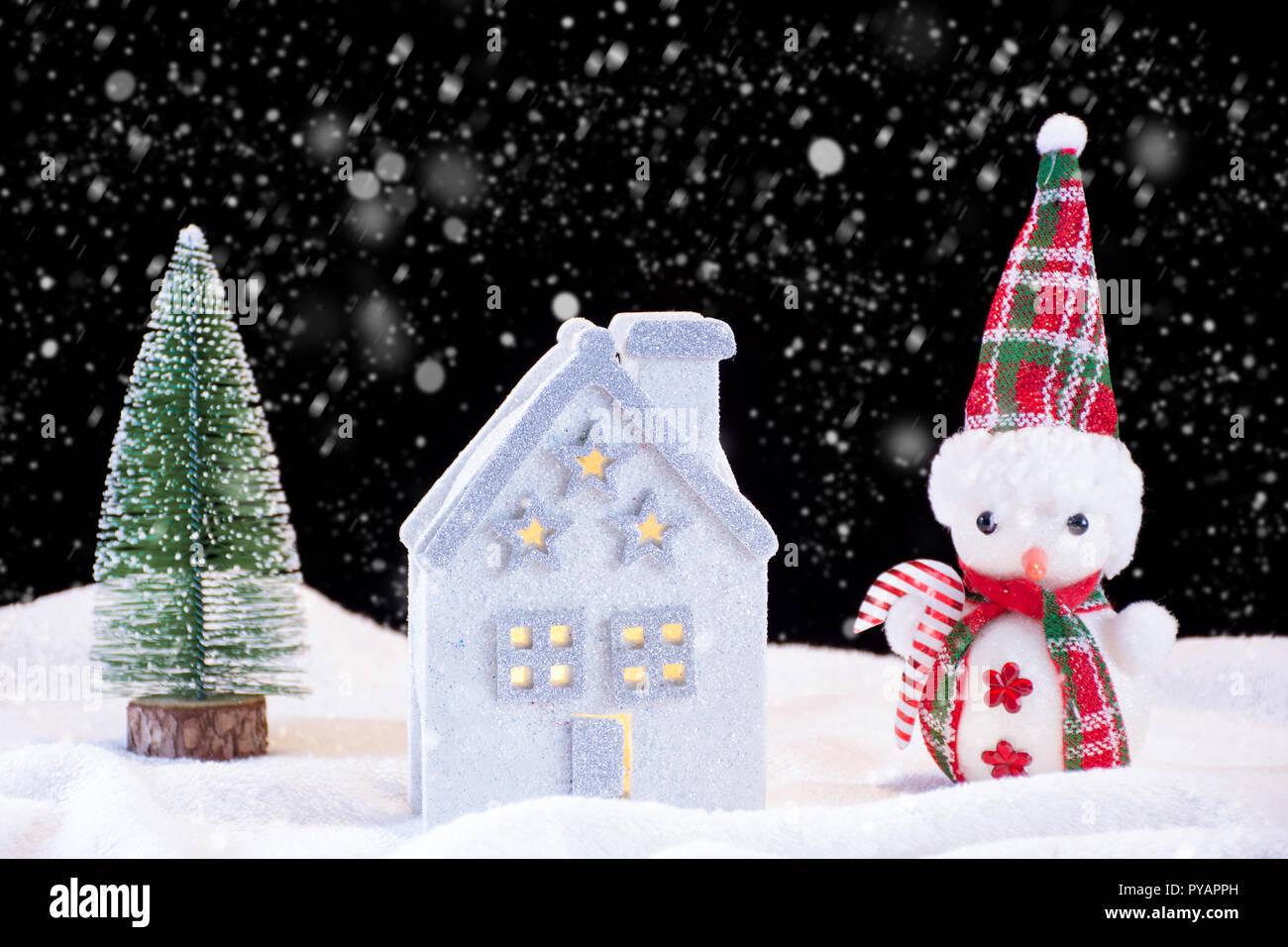 Tannenbaum Der Schneit.Weihnachten Nacht Idylle Mit Kleinen Haus Spielzeug Und Schneemann