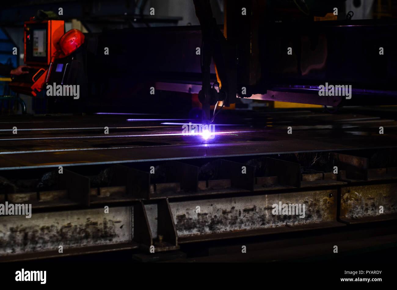 Arbeiter Schneiden Von Stahl Rohr Mit Metall Taschenlampe Und