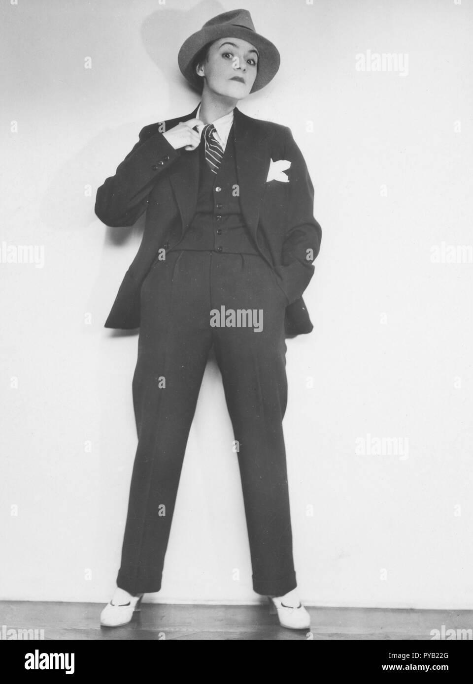 Frauen in der Mens Fashion in den 1930er Jahren. Schwedische Schauspielerin Isa Quensel, 1905-1981. Hier abgebildet in Gangster wie mens gekleidet. Kostüm, Hemd und eine Krawatte mit passendem Hut. Alle für ihre Rolle in einem Theaterstück, in den 1930er Jahren. Stockbild