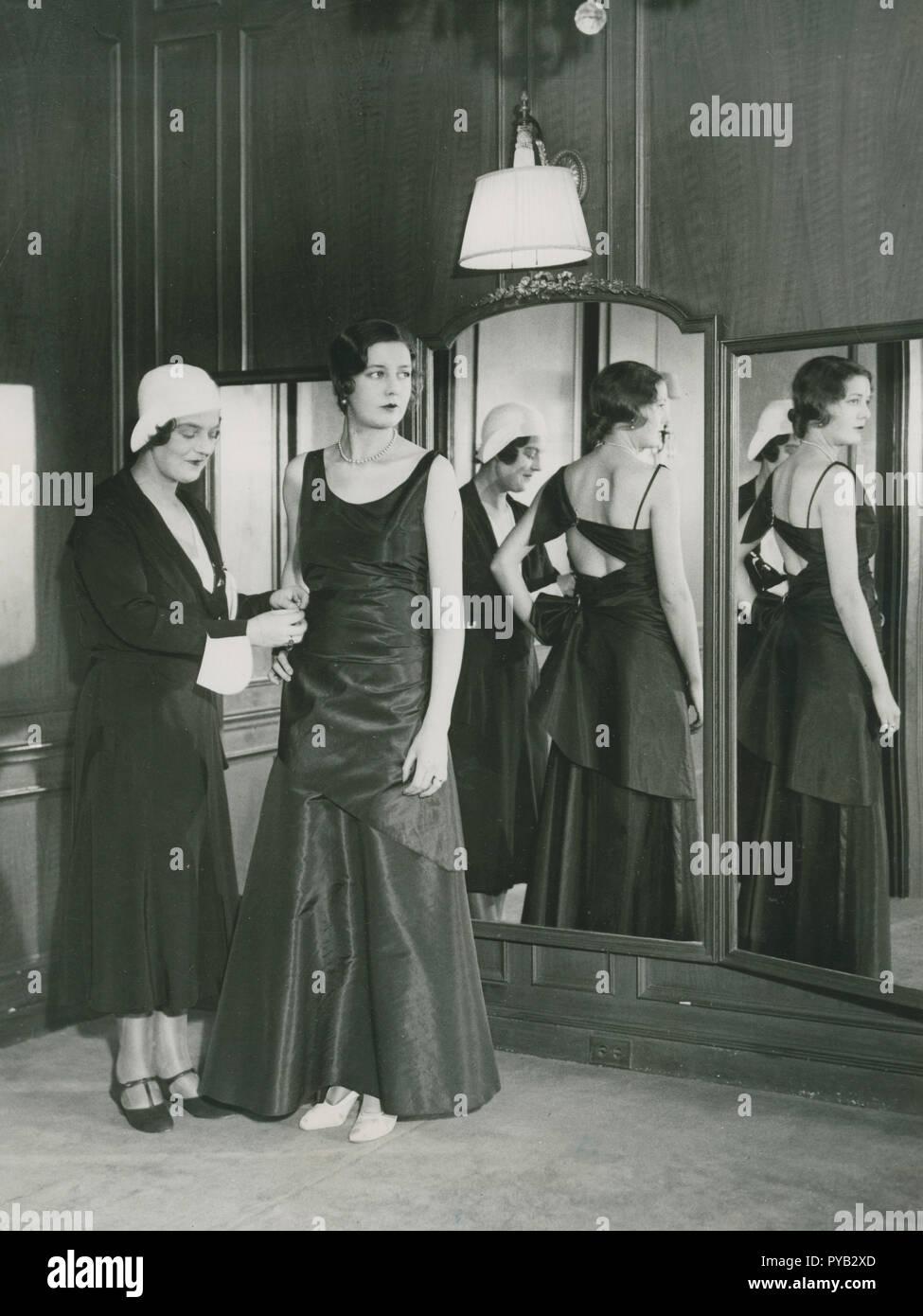 Damen Mode in den 1930er Jahren. Auf dem Bild sehen Sie links die Großherzogin Maria Pawlowna von Russland (1890 - 1958). Sie wurde im Design interessiert und machte das Geschäft mit Coco Chanel. Etablierte sie sich als fashiondesigner in Amerika und ihr stellt sie ein Abendkleid von Ihrem eigenen Design am 17.Dezember 1930. Stockbild
