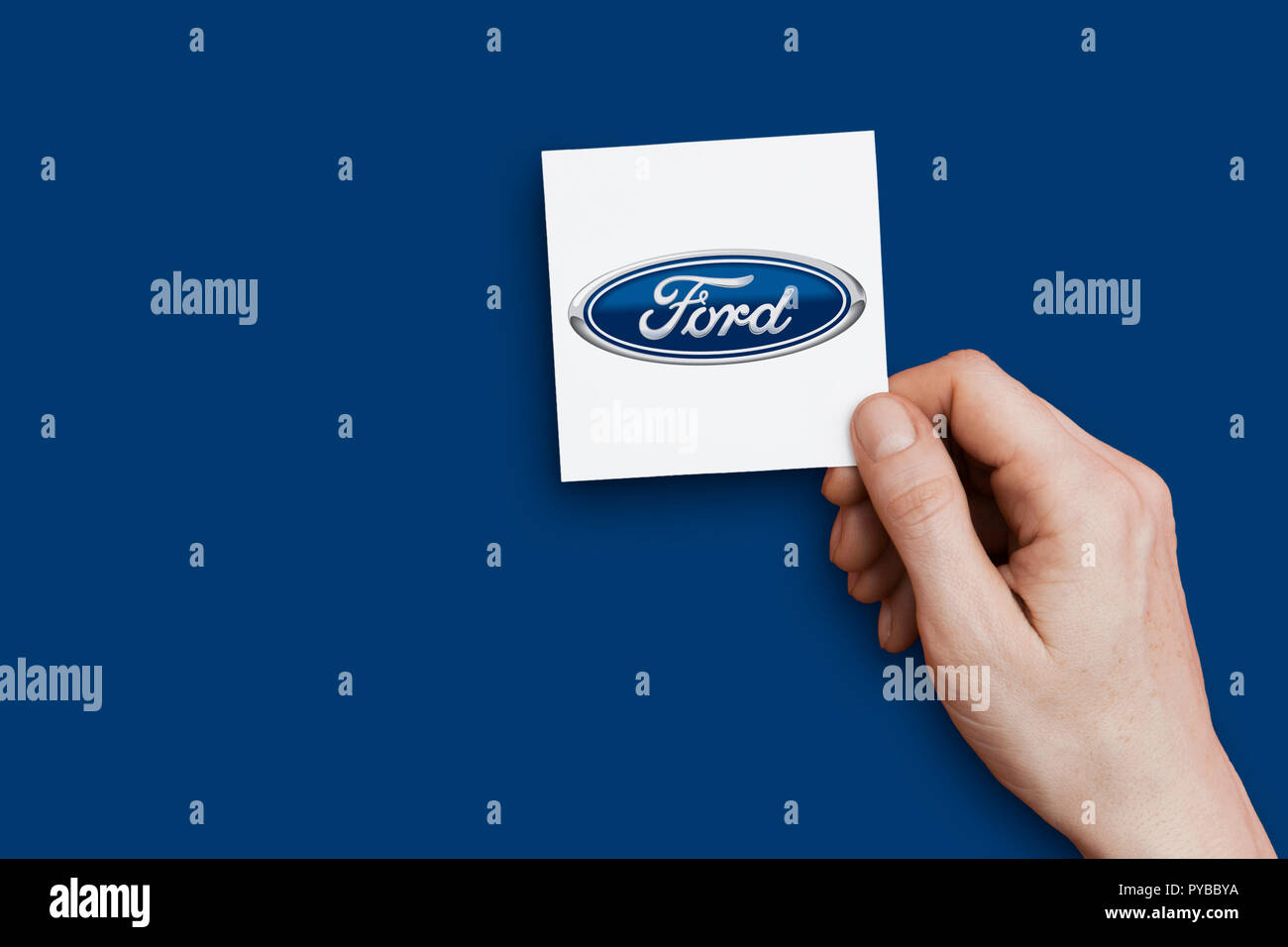 LONDON, UK, 26. Oktober 2018: die Hand mit einem Ford Logo. Ford ist ein Hersteller von Automobilen. Stockbild