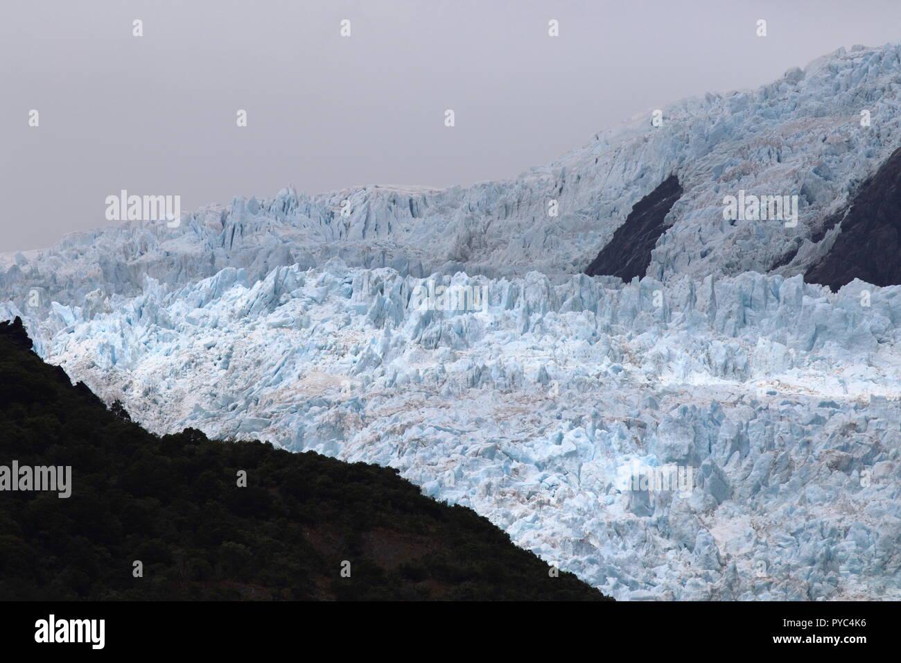Geologische eisfall Funktion von Franz Josef Gletscher, eine Ansicht aus einem Neuseeland touristischen Ort an der Westküste, Teil des Glacier Peak zugefrorenen Fluss. Stockbild