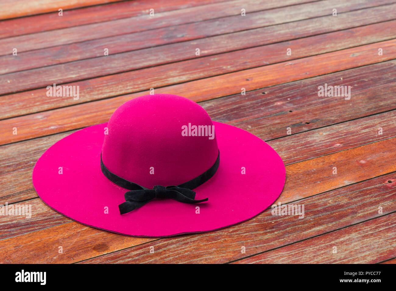 Schöne Rosa Hut Mit Schwarzen Schleife Auf Einem Holzboden