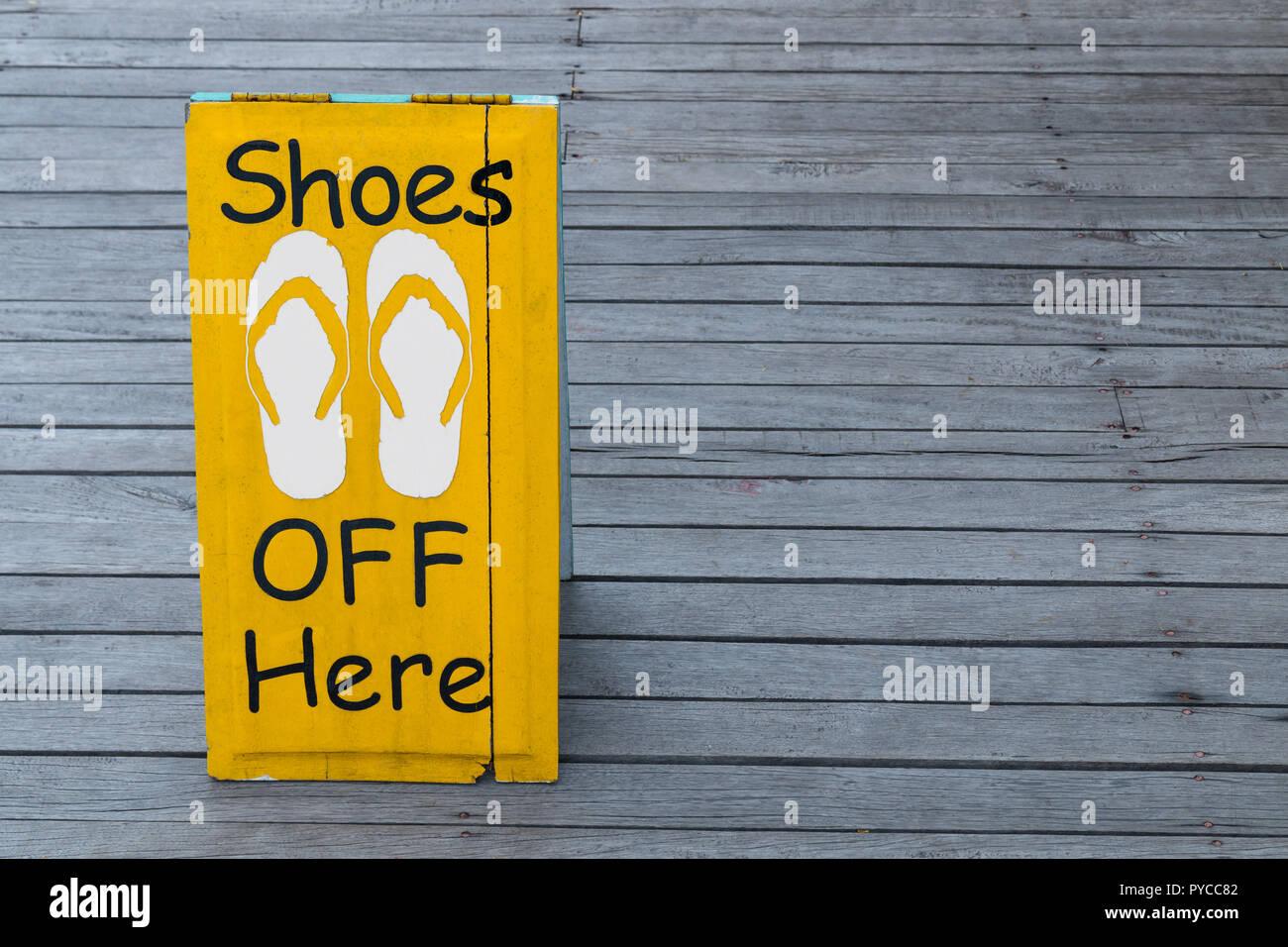 749d4855a33756 Keine Schuhe auf dem Holzboden in gelber Farbe Stockfoto