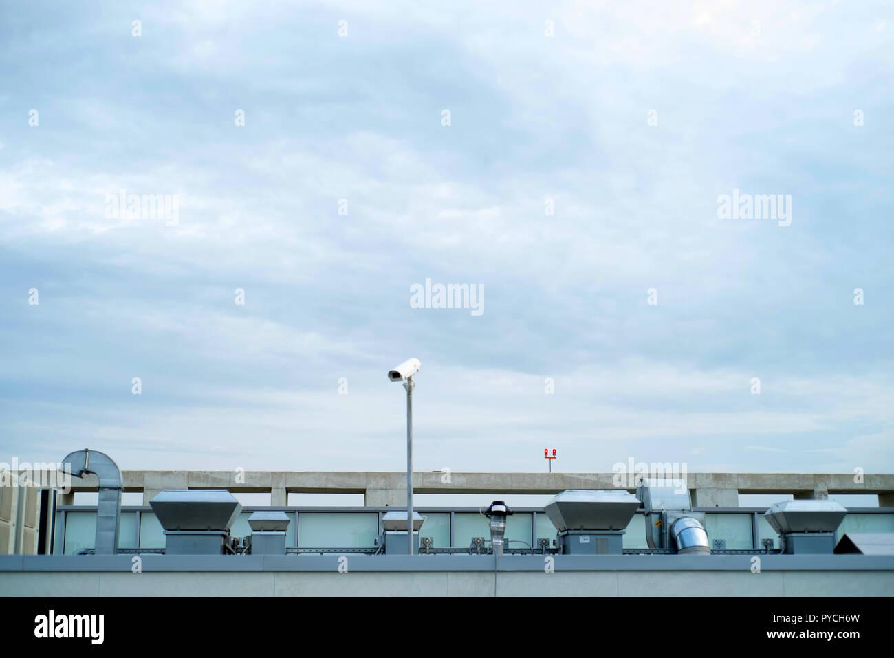 Industriebau Dachterrasse mit Ventilation und Rohren aus Metall Stockbild