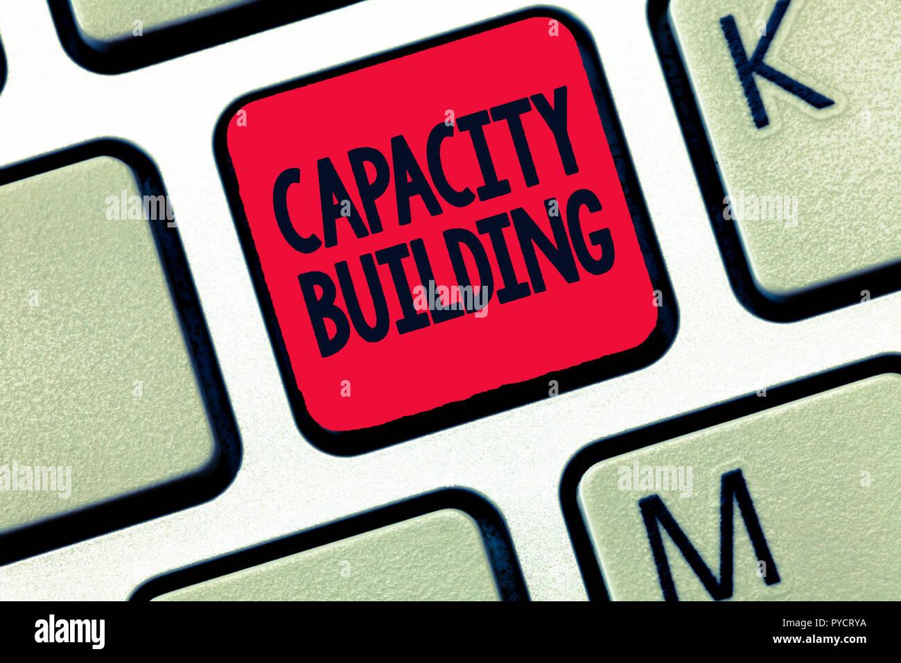 Konzeptionelle Hand schreiben, Aufbau von Kapazitäten. Business Foto text Stärkung der Fähigkeiten von Einzelpersonen die Arbeitsverteilung. Stockbild