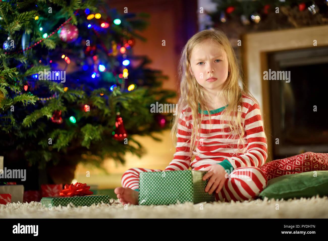 Süße kleine Mädchen Gefühl unglücklich mit Ihrer Weihnachtsgeschenke ...