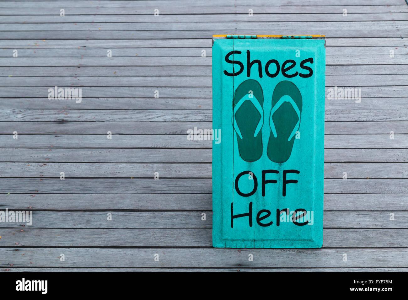 8e994ef9eb71f7 Keine Schuhe Zeichen auf dem Holzboden in grüner Farbe Stockbild