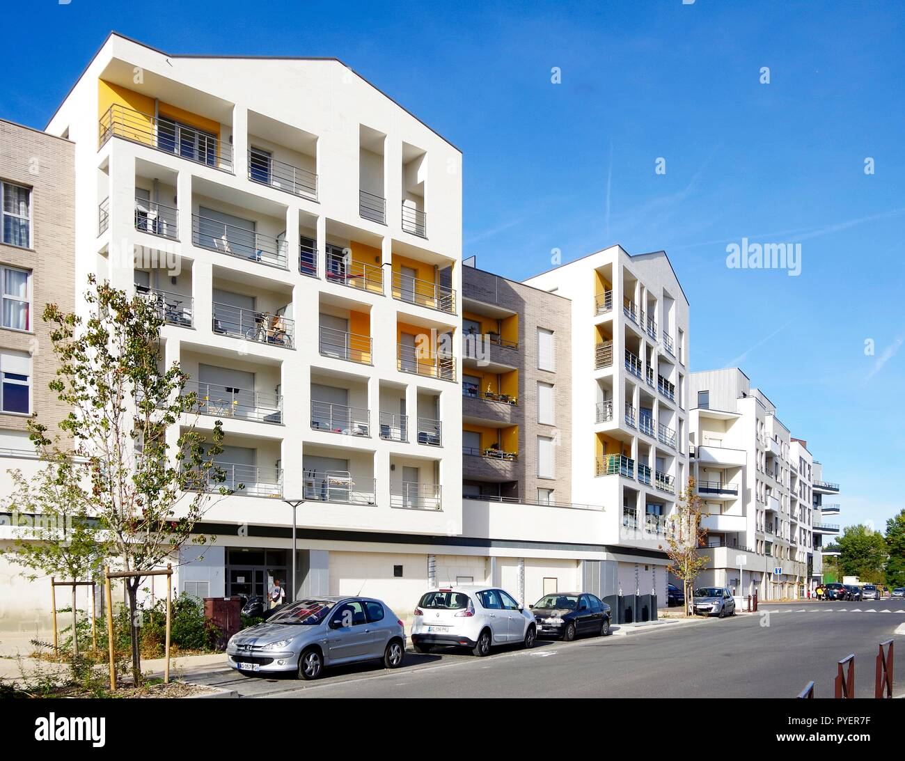 Zwei vor kurzem abgeschlossene 5 und 6-stöckigen Apartmenthäusern, mit einem besonders sonnig und einladend aussehen, als ob sie am Meer waren. Stockbild