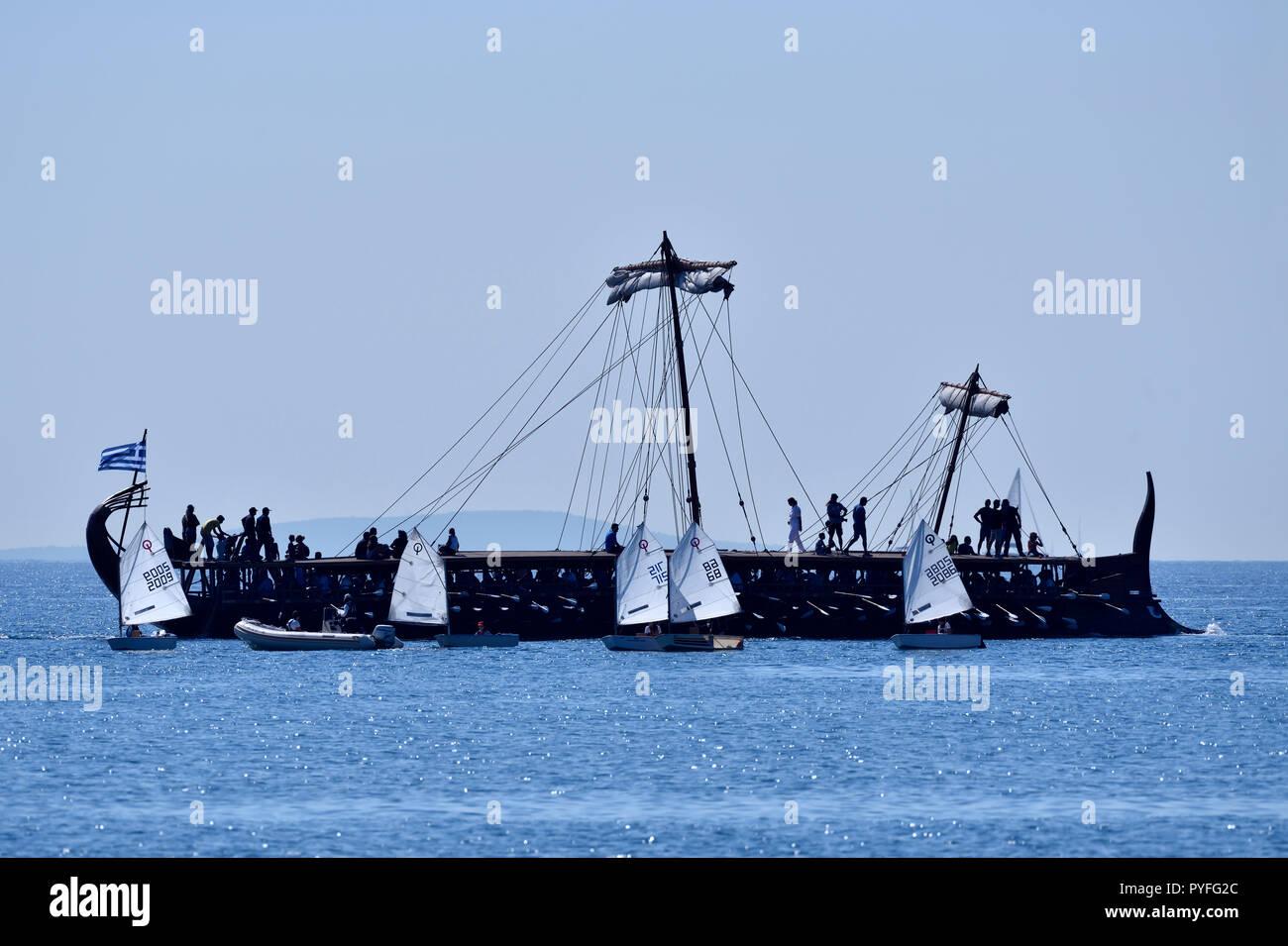 Trireme Olympias und Optimist segeln Yachten in Faliro, Athen, Griechenland Stockbild