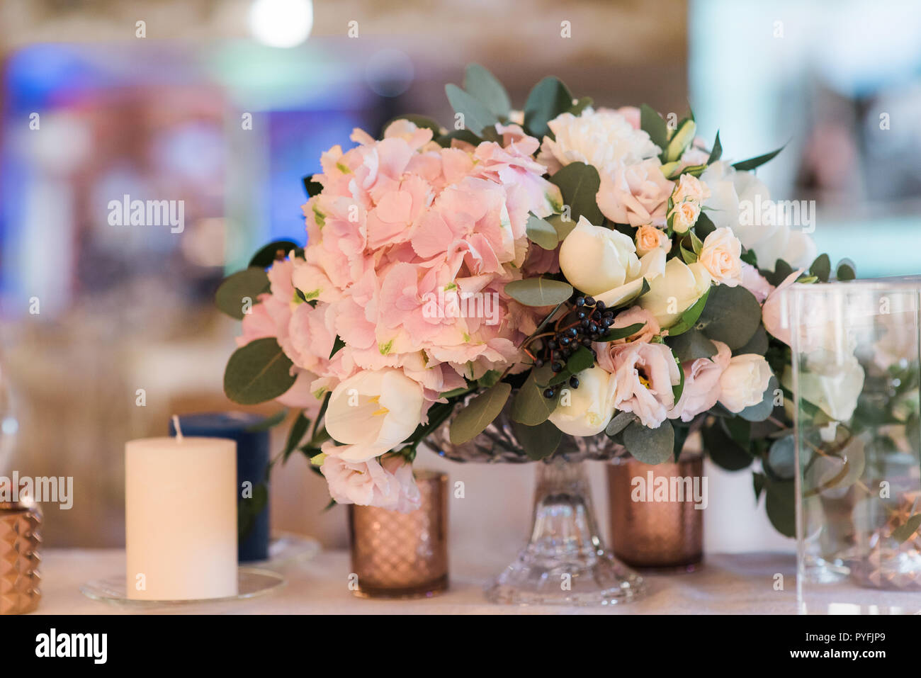 Schonen Blumenstrauss In Der Vase Auf Einer Hochzeit Rosen