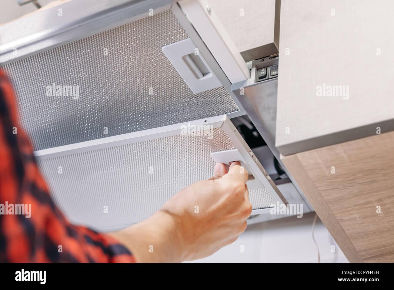 Man reparaturen haube in der küche austausch filter in