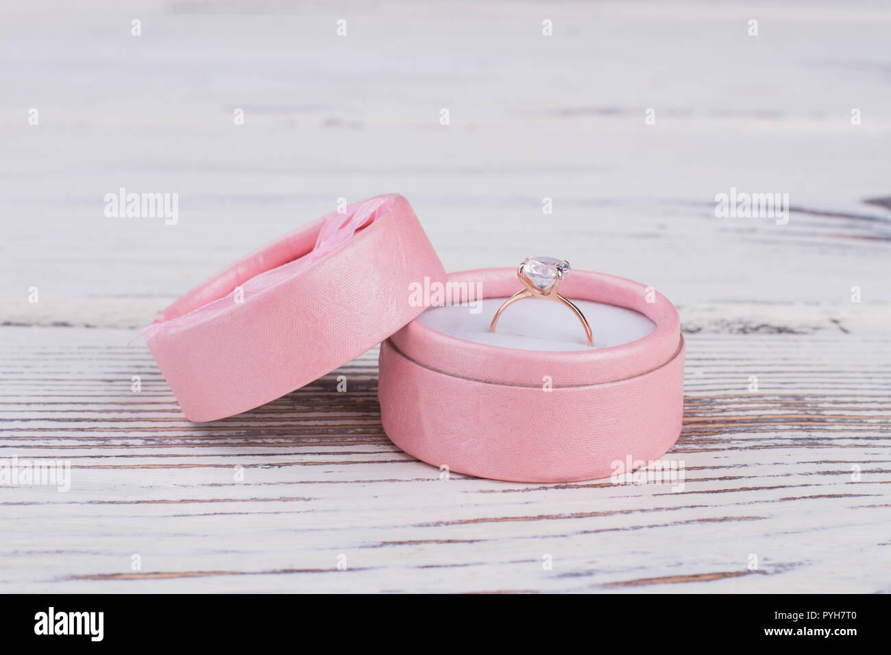 Golden Ring In Einer Wunderschönen Rosafarbenen Geschenkbox