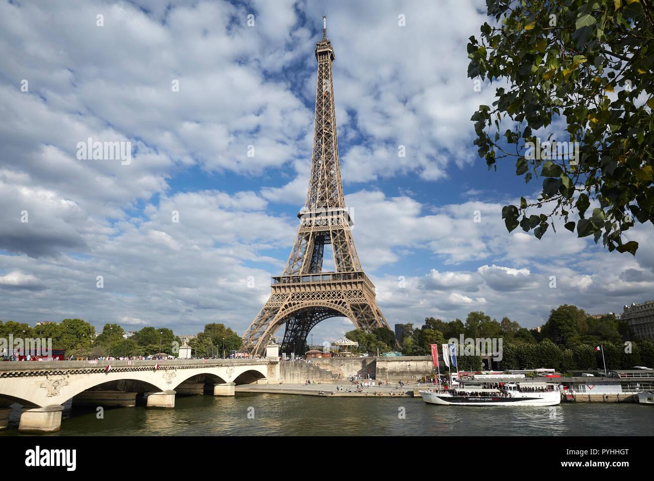 Paris Ile De France Frankreich Blick Uber Die Seine Auf Den Eiffelturm Tour Eiffel Die Wichtigsten Sehenswurdigkeiten Der Franzosischen Hauptstadt Stockfotografie Alamy