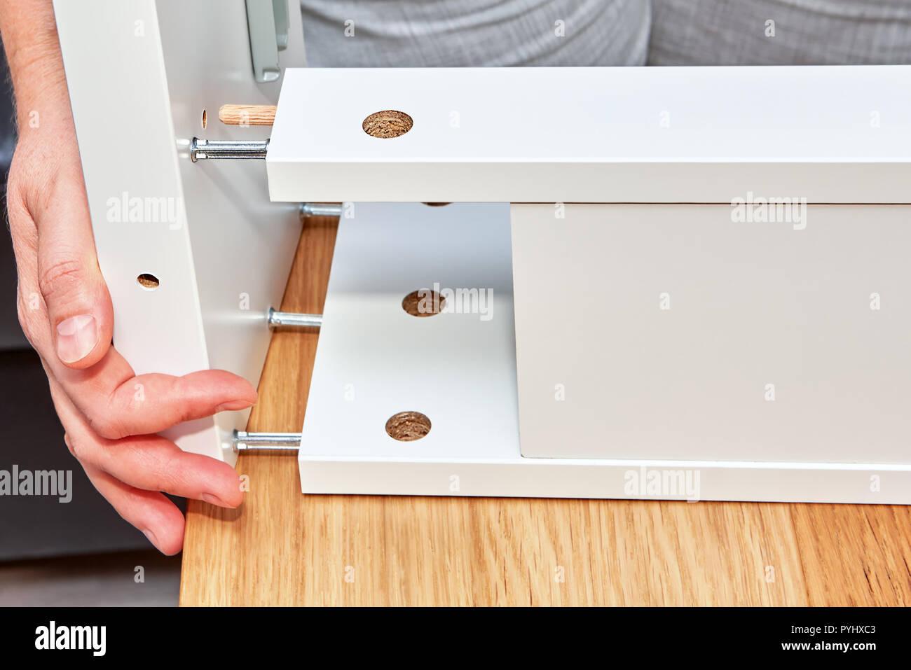 Bekannt Die Hände der Möbel Assembler melden Sie die Teile der Tabelle der EE86