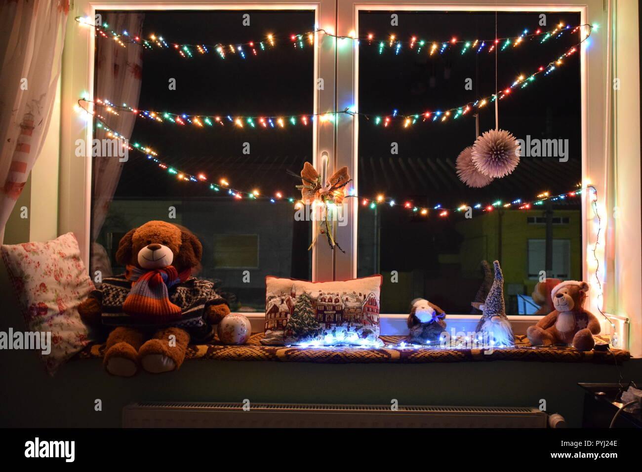 Weihnachten Fenster Mit Lichterketten Und Schonen Snuggly Teddy