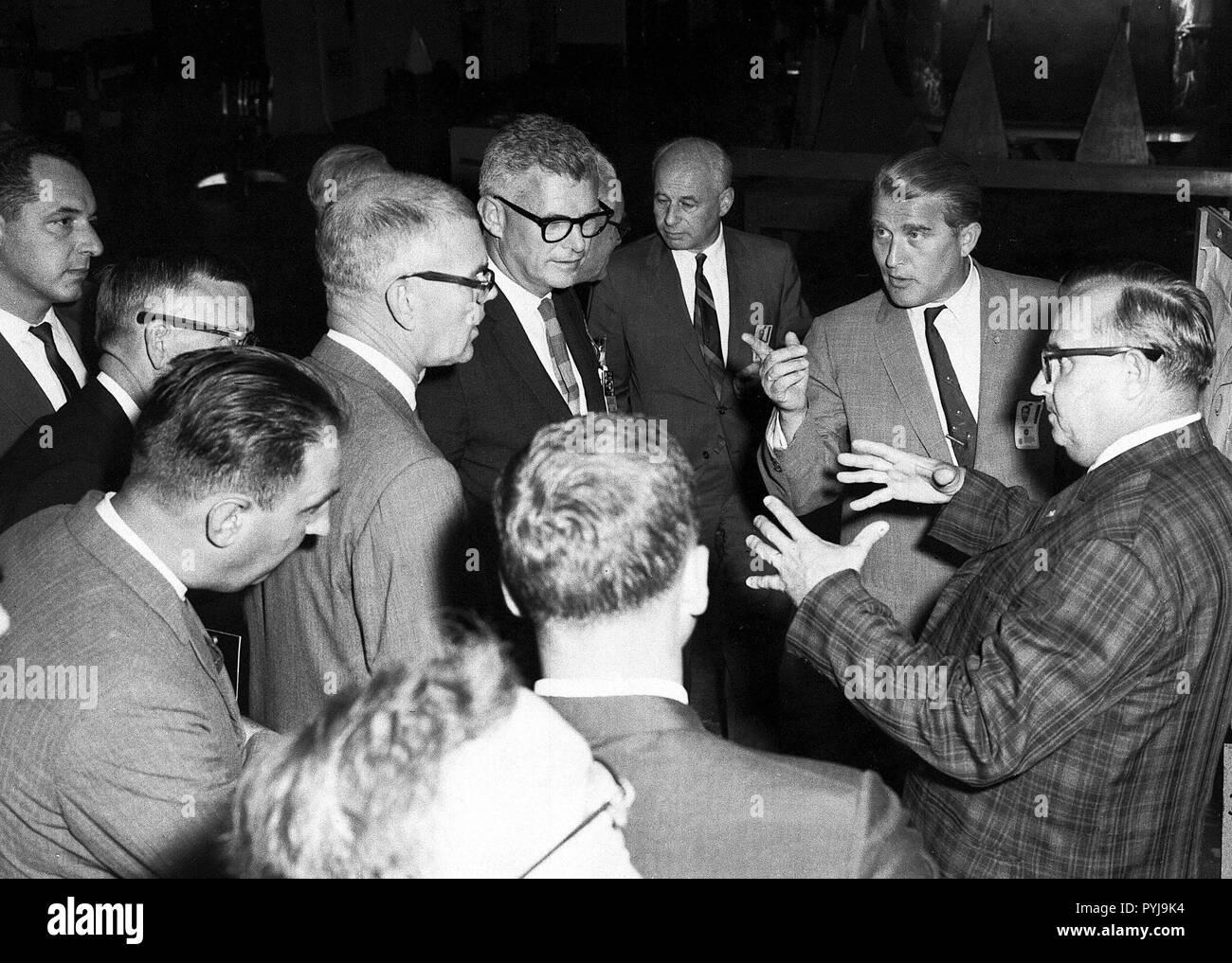 Eine Gruppe von Bediensteten der NASA unter Leitung von Associate Administrator Robert Seamans, tourte das Marshall Space Flight Center mit Dr. Wernher von Braun (Zeigefinger) im Jahr 1963. Stockfoto