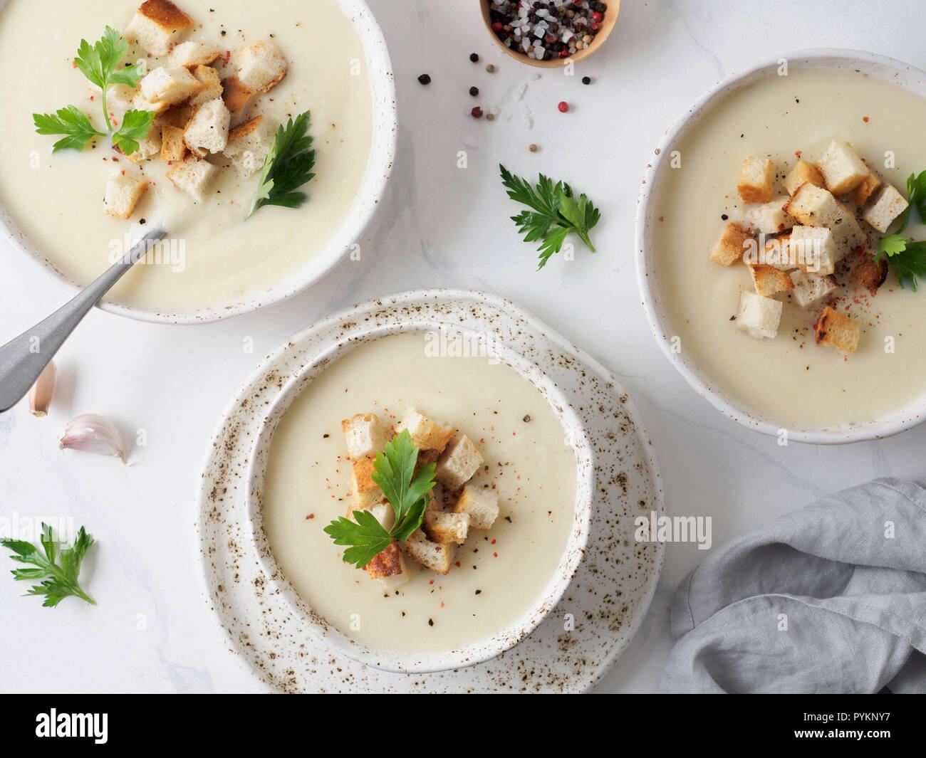Blumenkohl Kartoffel Suppe Purieren Auf Weissem Marmor Tischplatte