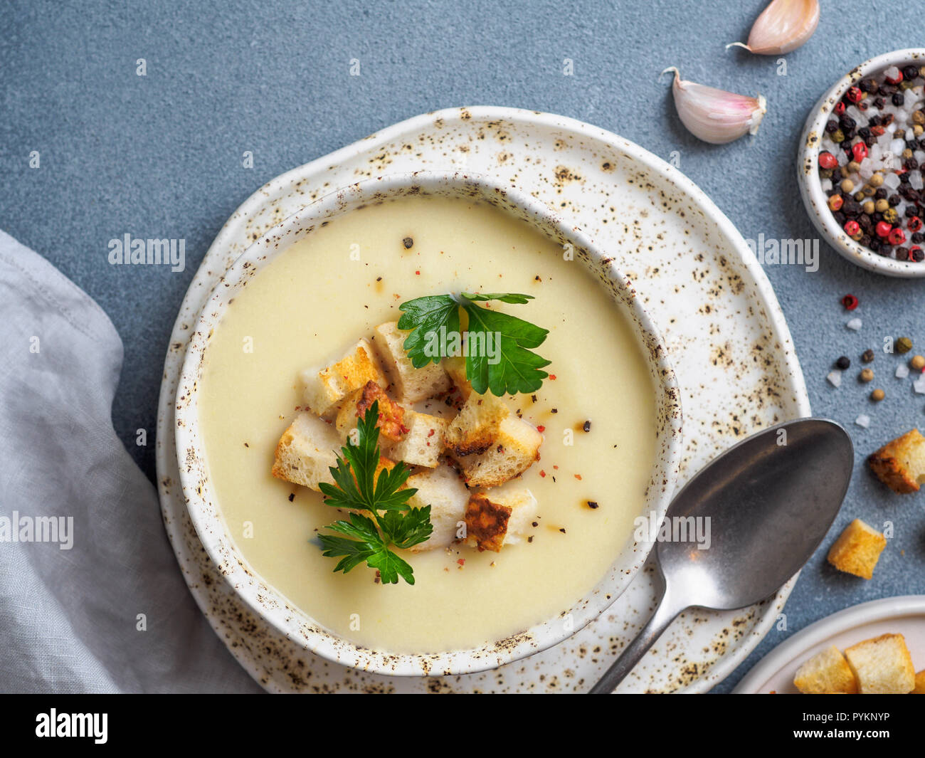 Blumenkohl Kartoffel Suppe Purieren Auf Stein Cremige Suppe Mit