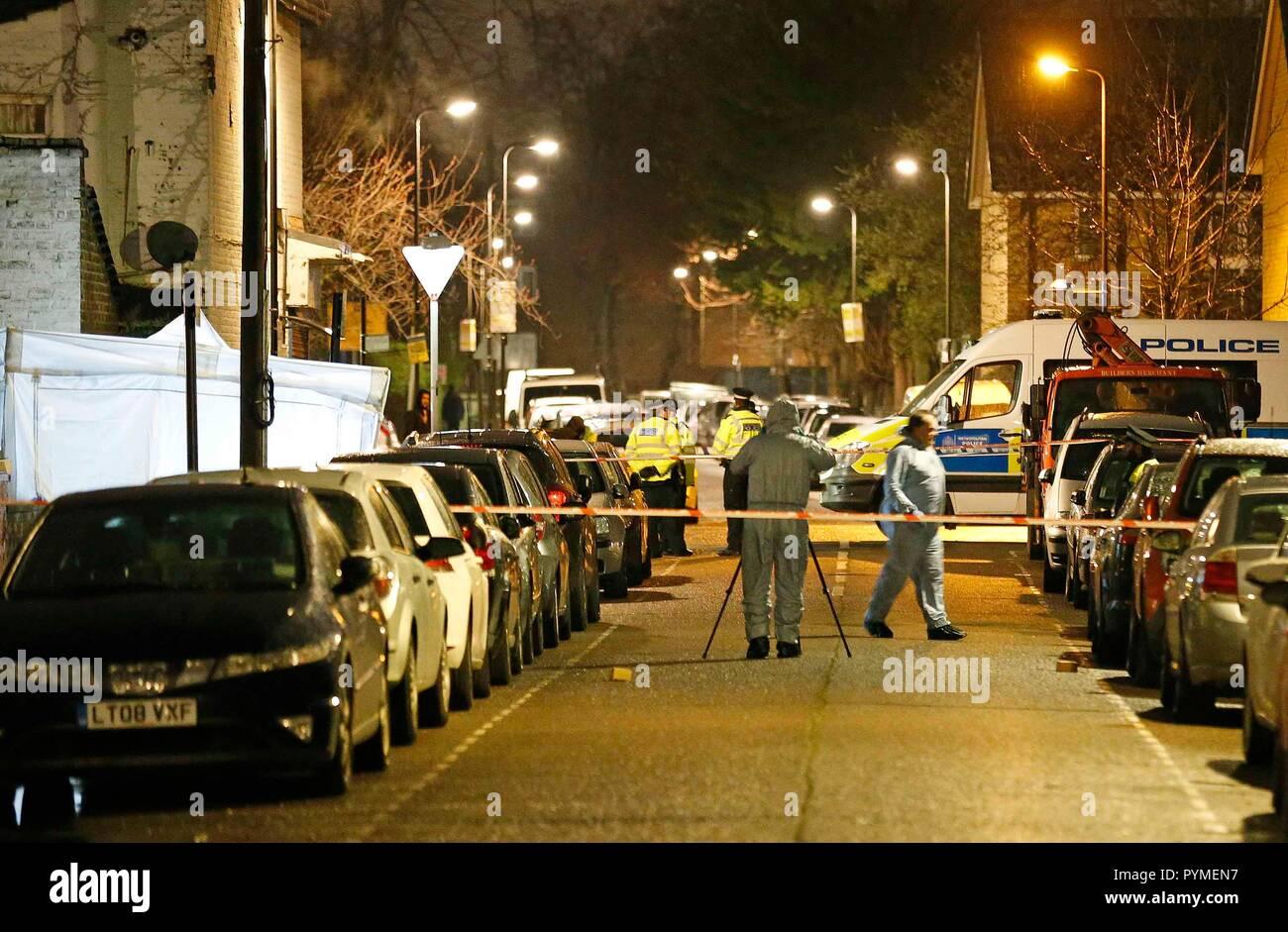 Die mordszene - Forensische Offiziere den Tatort untersuchen. Stockbild