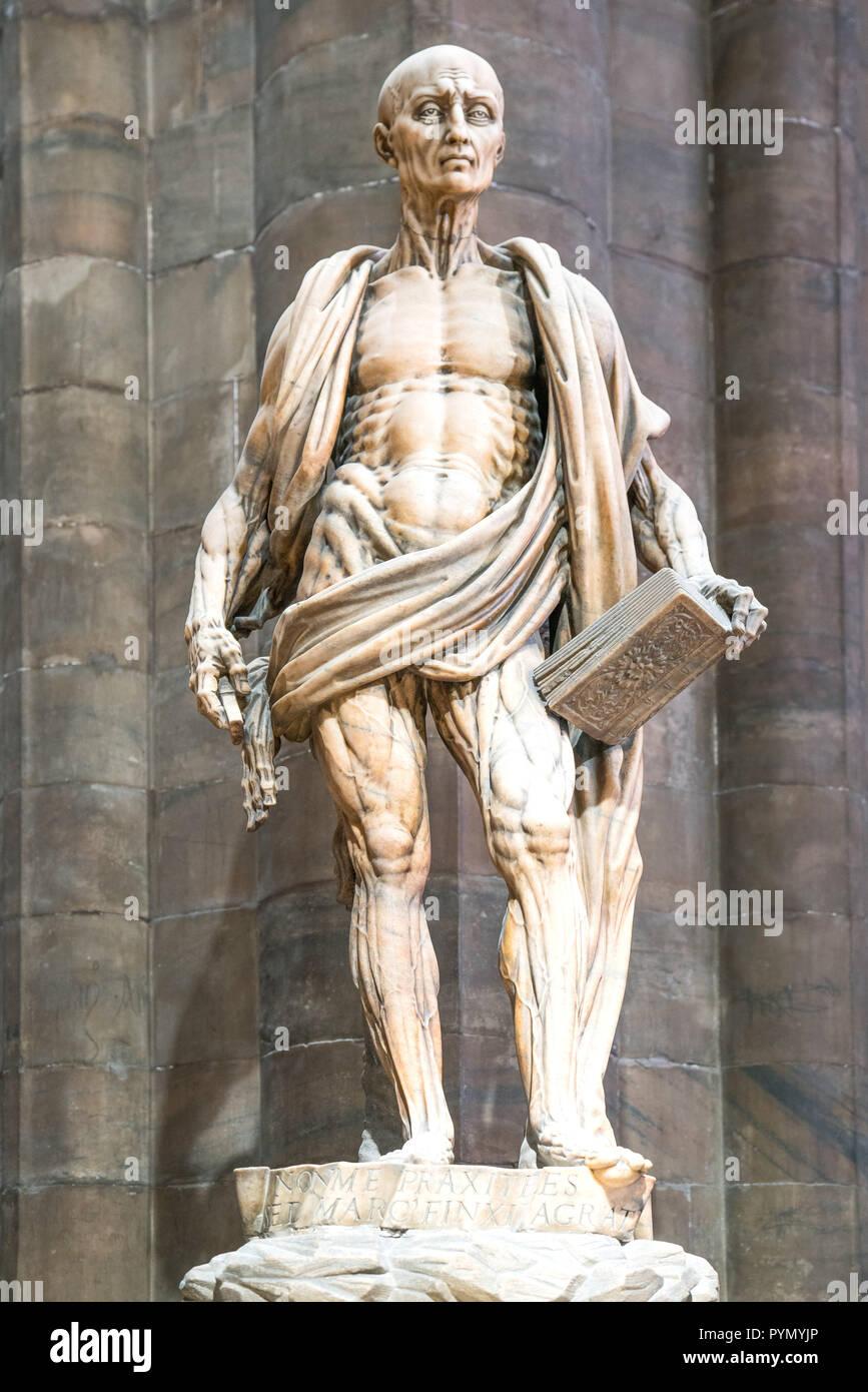 Mailand, Italien, das Innere des Doms, der die Statue von St. Bartolomeo gehäutet, von Marco D'Agrate Stockbild