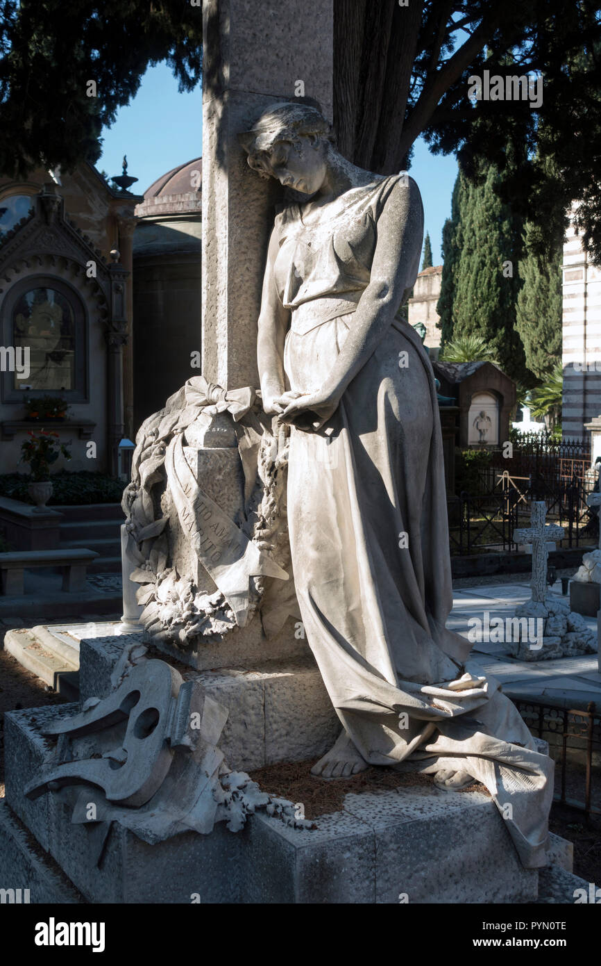 Commemorative Skulptur, die einem trostlos Frau in der Nähe des Grabes ihres Mannes. San Miniato al Monte Friedhof, Florenz, Italien Stockbild